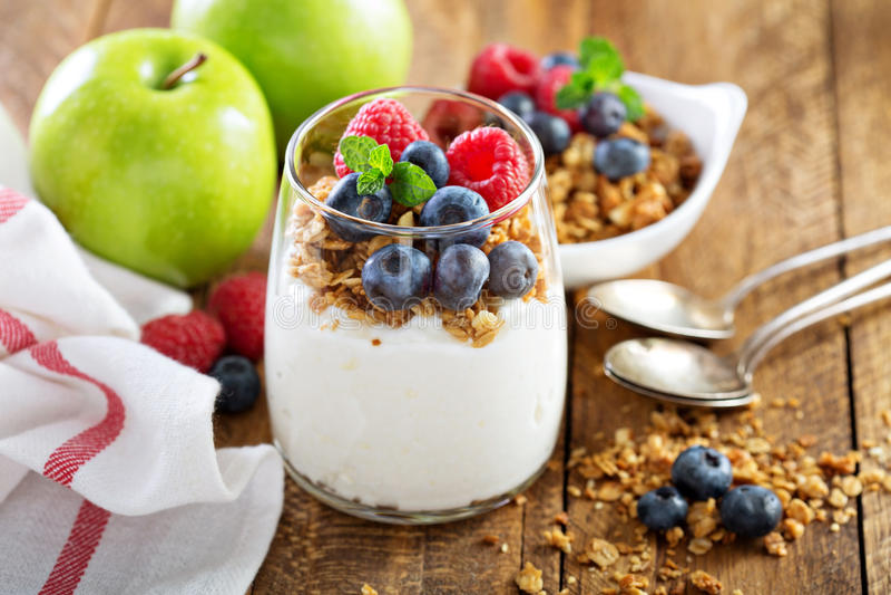 Keso och yoghurtparfait med granola fotografering för bildbyråer