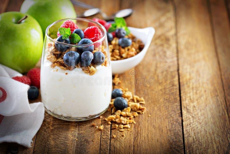 Keso och yoghurtparfait med granola arkivbilder