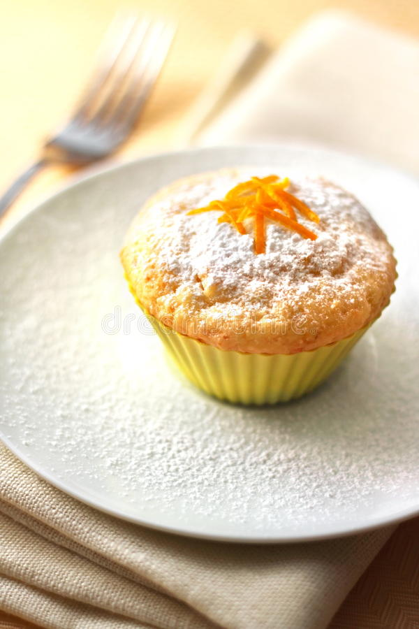 Kesomuffin med orange piff royaltyfri bild