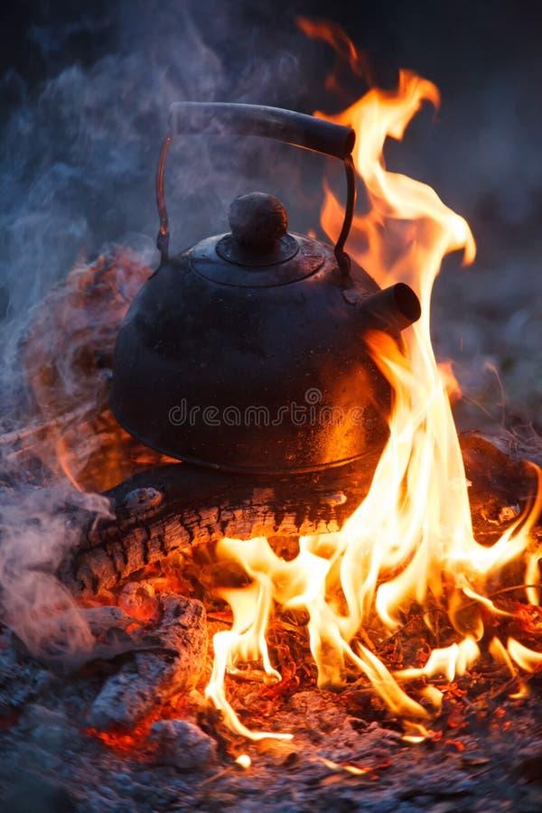 Kessel eingesetzt in den Feuerplatz im Freien lizenzfreie stockbilder