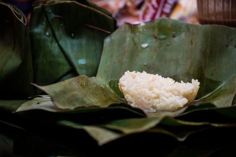 Ketan tradizionale del nastro dell'alimento dell'Indonesia servito con la foglia della banana è pronto da mangiare fotografia stock libera da diritti