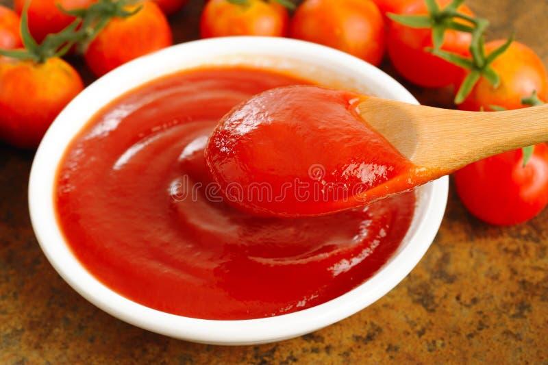 Ketchup in cucchiaio di legno fotografia stock libera da diritti