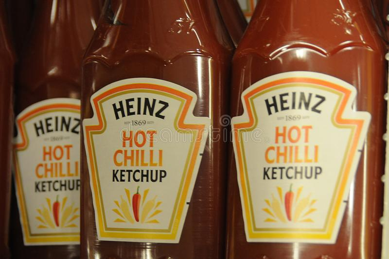 Ketchup da malagueta picante de Heinz na venda em Dinamarca fotografia de stock royalty free