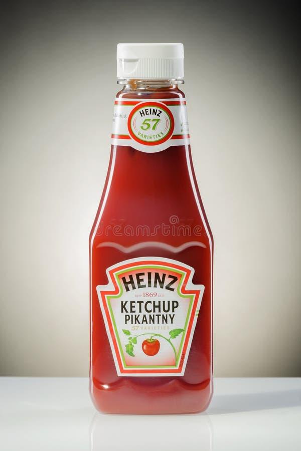 Ketchup de Heinz no fundo do inclinação imagens de stock