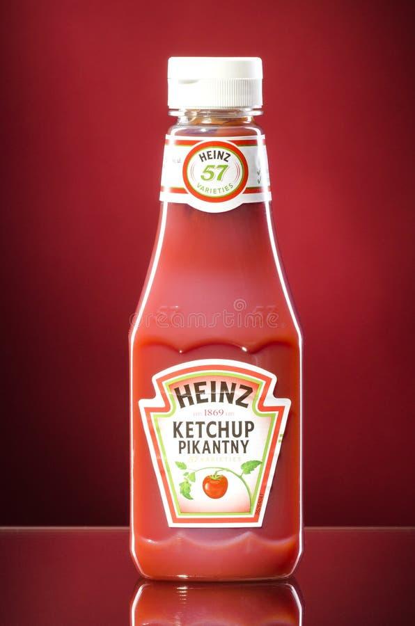 Ketchup de Heinz no fundo do inclinação fotos de stock