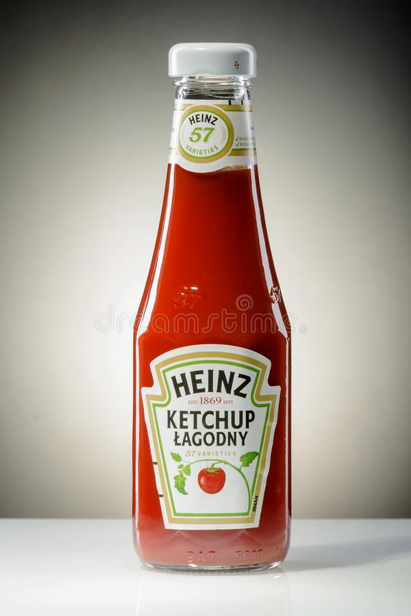 Ketchup de Heinz no fundo do inclinação imagens de stock royalty free