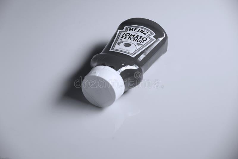Ketchup de Heinz Tomato, fundo branco fotos de stock royalty free