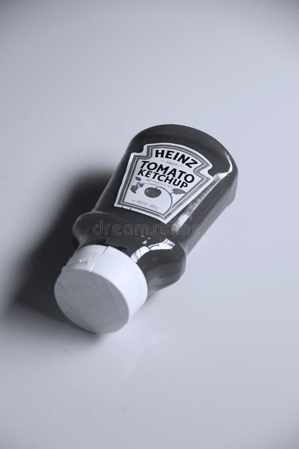 Ketchup de Heinz Tomato, fundo branco imagem de stock royalty free