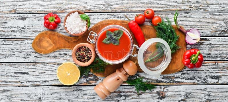 Ketchup de sauce tomate avec des légumes, faits maison image libre de droits