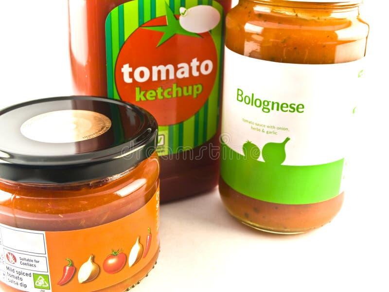 Ketchup de tomate Bolonhês e frascos da salsa em B branco imagens de stock royalty free