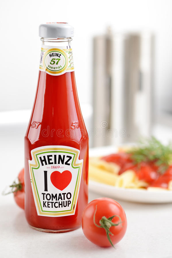 Ketchup de tomate de Heinz foto de stock