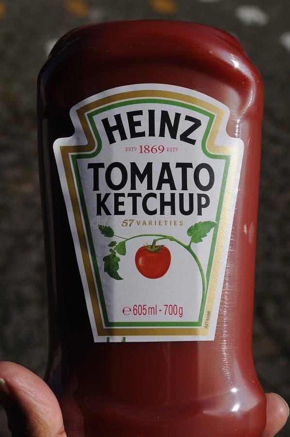 Ketchup de tomate de Kraft Heinz e ketchup orgânica de Heinz na venda fotos de stock