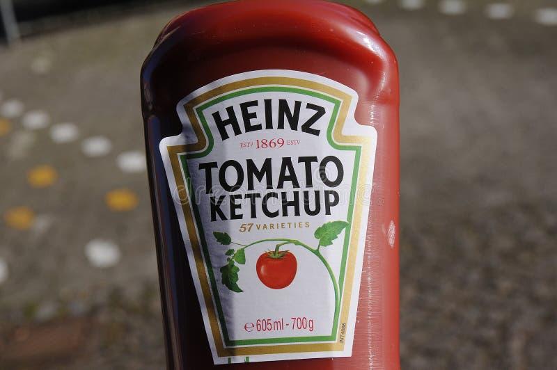Ketchup de tomate de Kraft Heinz e ketchup orgânica de Heinz na venda foto de stock