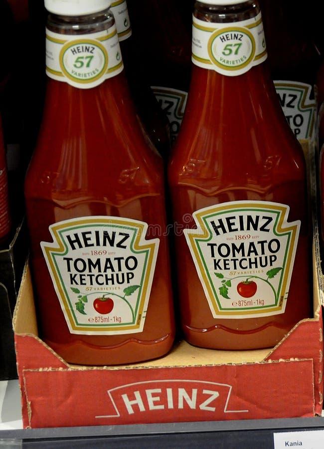 Ketchup de tomate de Kraft Heinz na venda no mercado alemão do alimento imagens de stock