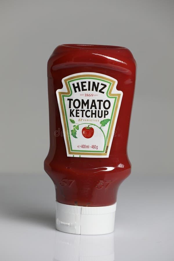 Ketchup di Heinz Tomato, fondo bianco immagine stock libera da diritti