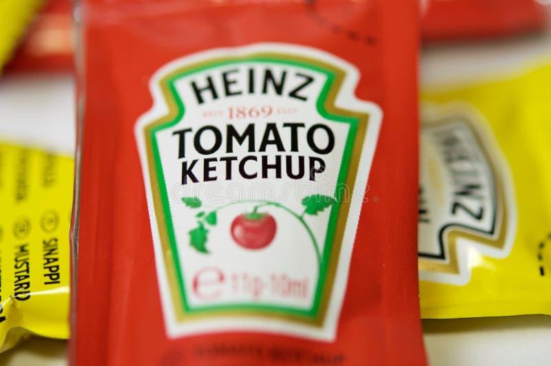 A ketchup e a mostarda de Heinz marcam em uns saquinhos fotos de stock royalty free