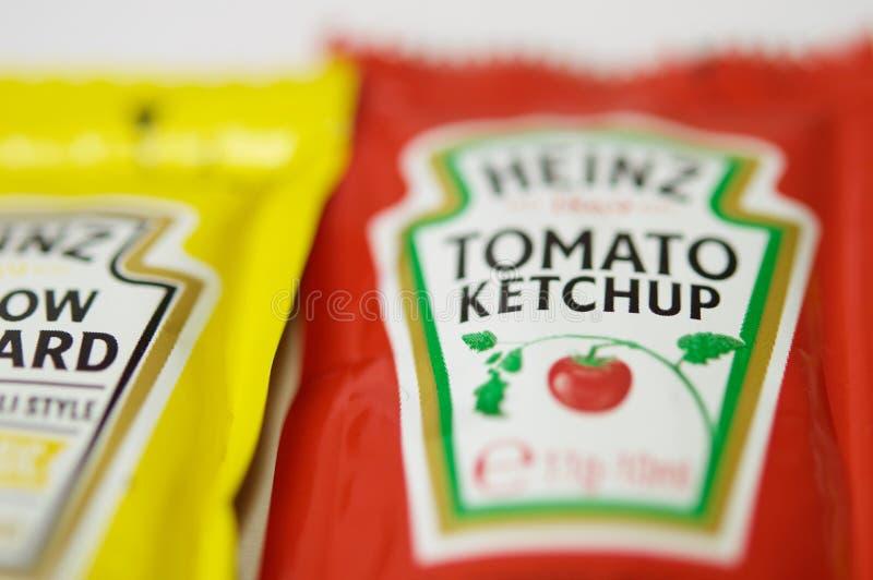 A ketchup e a mostarda de Heinz marcam em uns saquinhos imagem de stock royalty free