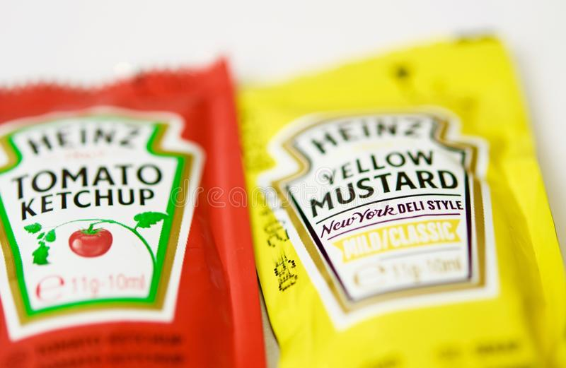 A ketchup e a mostarda de Heinz marcam em uns saquinhos foto de stock royalty free