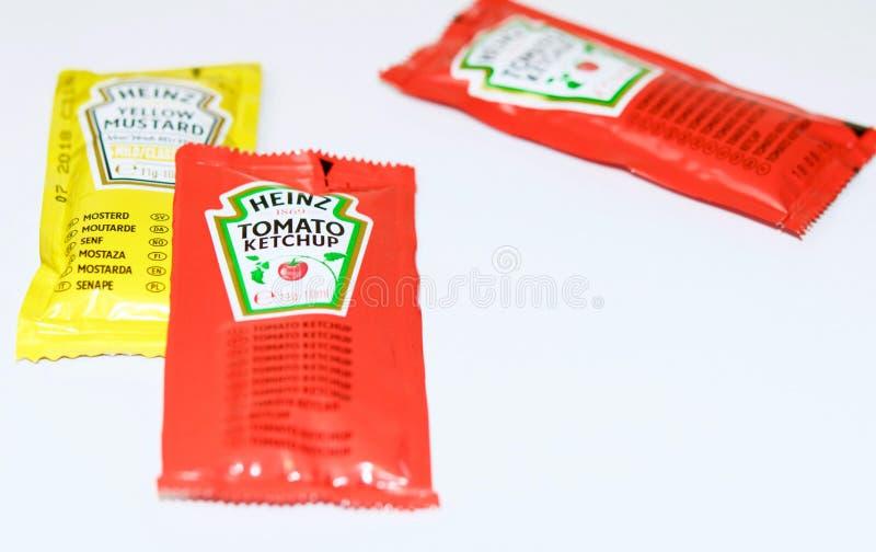 A ketchup e a mostarda de Heinz marcam em uns saquinhos imagem de stock