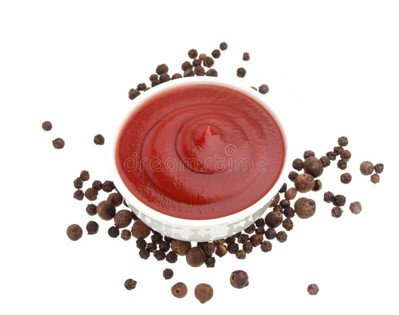 Ketchup e pepe nero isolati su bianco immagini stock libere da diritti