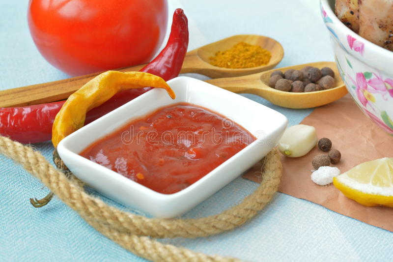 Ketchup e peperoncino - salsa al pomodoro ardente per pollo fritto fotografia stock libera da diritti