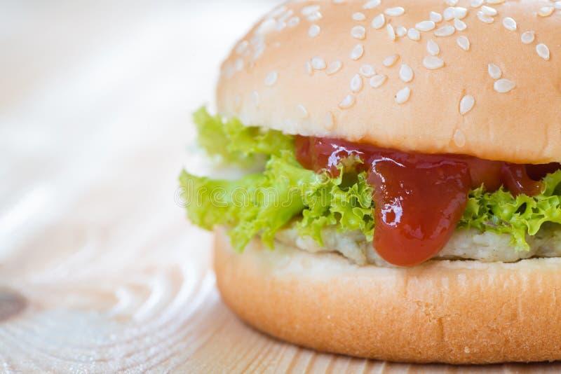 Ketchup en hamburger de fromage de poulet photos stock