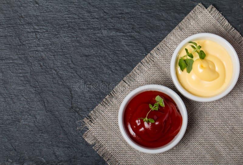 Ketchup en mayonaise - twokinds van sausen stock foto's