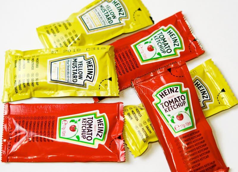 Ketchup en mosterd van Heinz-merk in sachets royalty-vrije stock foto