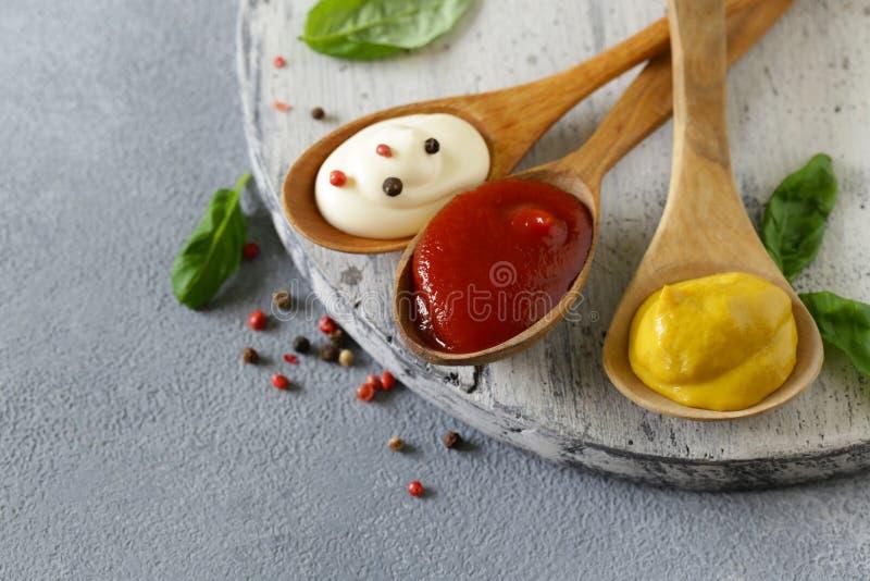 Ketchup, mosterd en mayonaisesaus stock fotografie