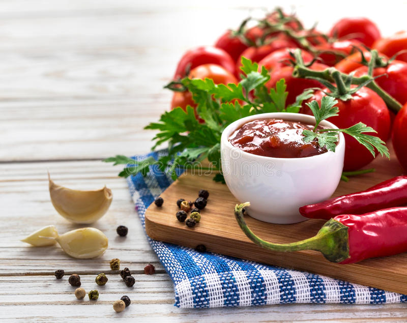 ketchup Tomatensaussalsa stock afbeelding