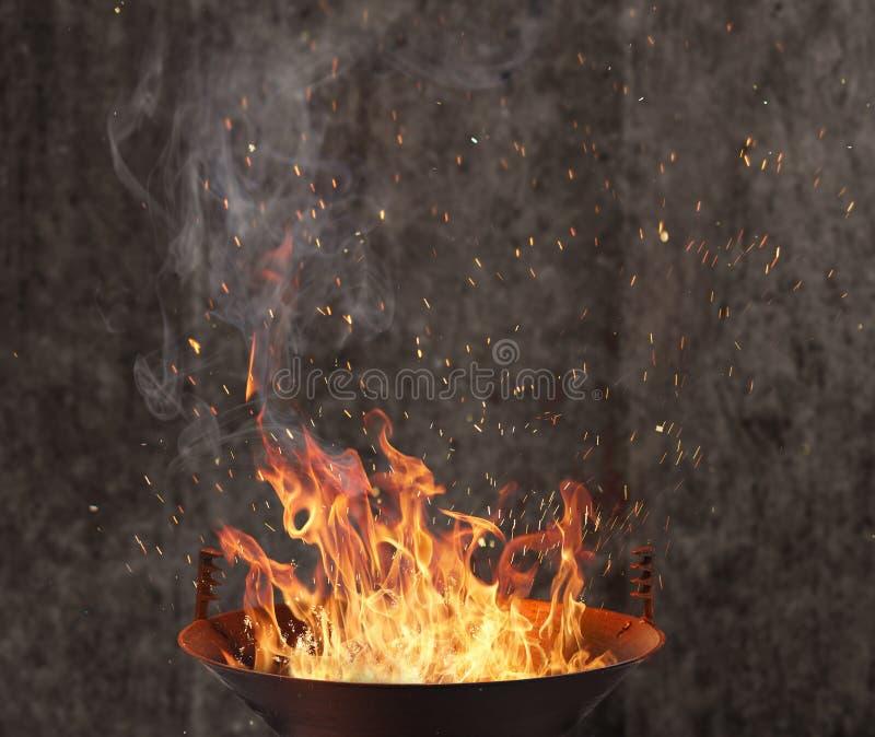 Ketelgrill met brandvlammen stock afbeelding