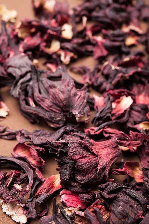Ketmie sèche de pétales de fleur sur une table de brun de cru photographie stock