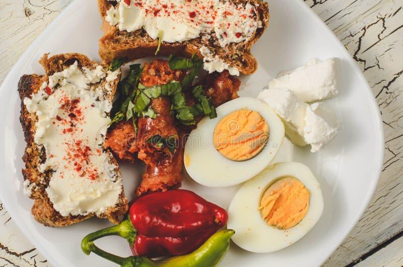 Keto面包、香肠、鸡蛋和乳酪 库存图片