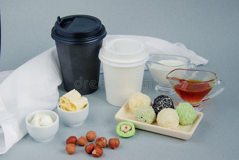 Keto φυστικοβούτυρο, σφαίρες matcha και αλεξίσφαιρο, γραπτό φλυτζάνι εγγράφου καρύδων για τον καφέ, σπάσιμο τσαγιού με ένα καπάκι στοκ εικόνες