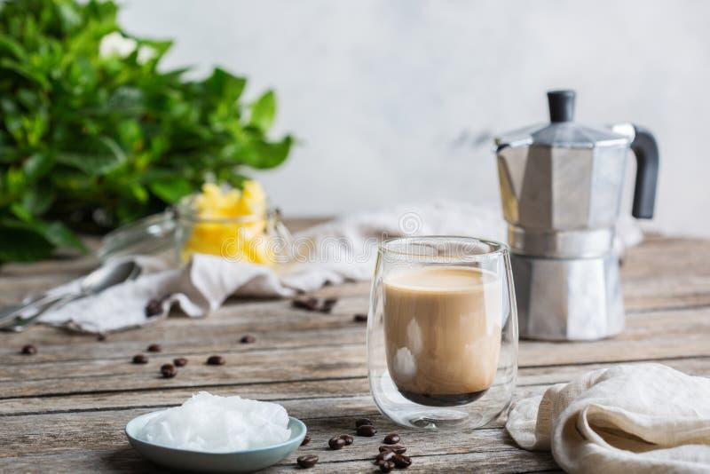Keto, café a prueba de balas quetogénico con aceite de coco y mantequilla de la mantequilla de búfalo fotografía de archivo libre de regalías