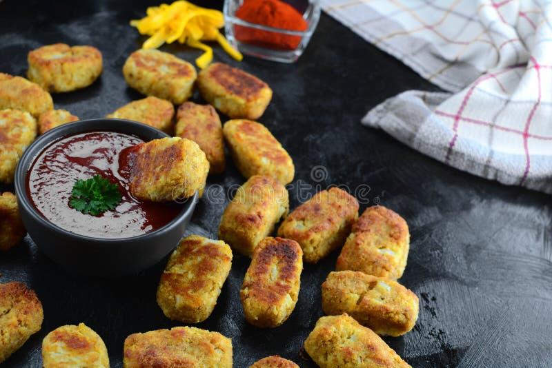 Keto Cauliflower Tater Tots with Sugar Free Ketchup - een volledig recept met instructies en foto's van het uiteindelijke gerecht royalty-vrije stock afbeeldingen