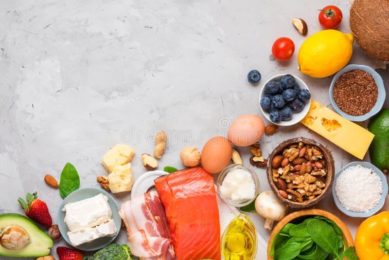 Keto dieetconcept Ketogenic dieetvoedsel De evenwichtige achtergrond van het laag-carburatorvoedsel Groenten, vissen, vlees, kaas royalty-vrije stock foto's