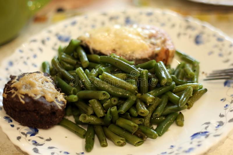 Keto - feijões verdes com os salmões sob o queijo com keto-pão fotografia de stock