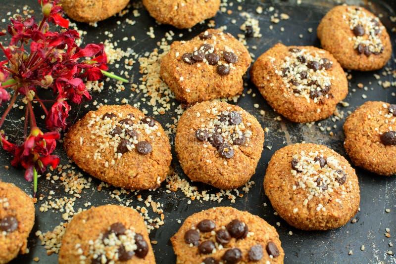 Keto Peanut Butter Cookies con farina di mandorle e patatine al cioccolato senza zucchero immagine stock libera da diritti