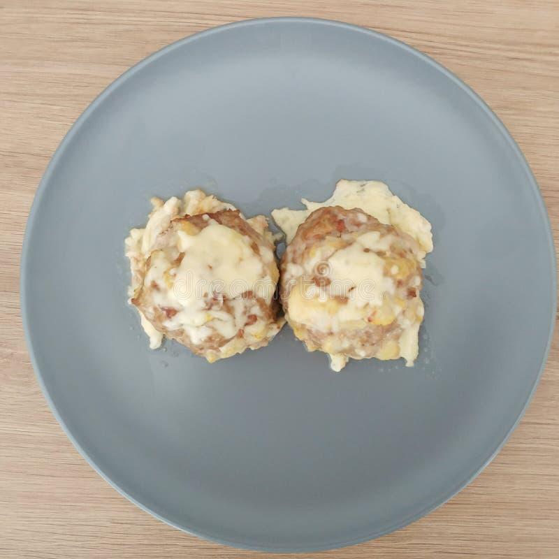 Ketogenic еда, еда цыпленка сыра bKetogenic, шарики говяжего фарша сыра Еда Keto для потери веса Обед здорового питания стоковые изображения rf