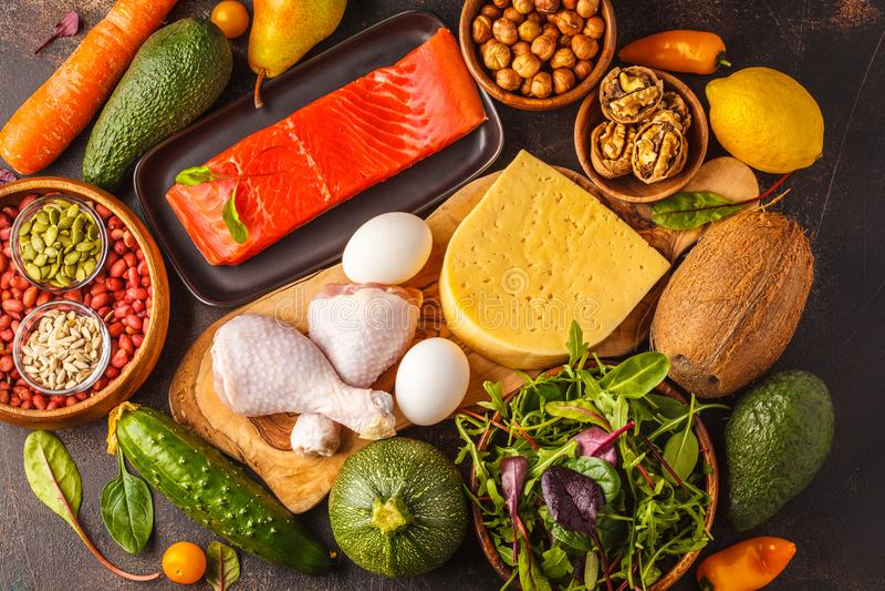 Ketogenic Diätkonzept Ketons Ausgeglichener kohlenhydratarmer Lebensmittelhintergrund stockfotografie