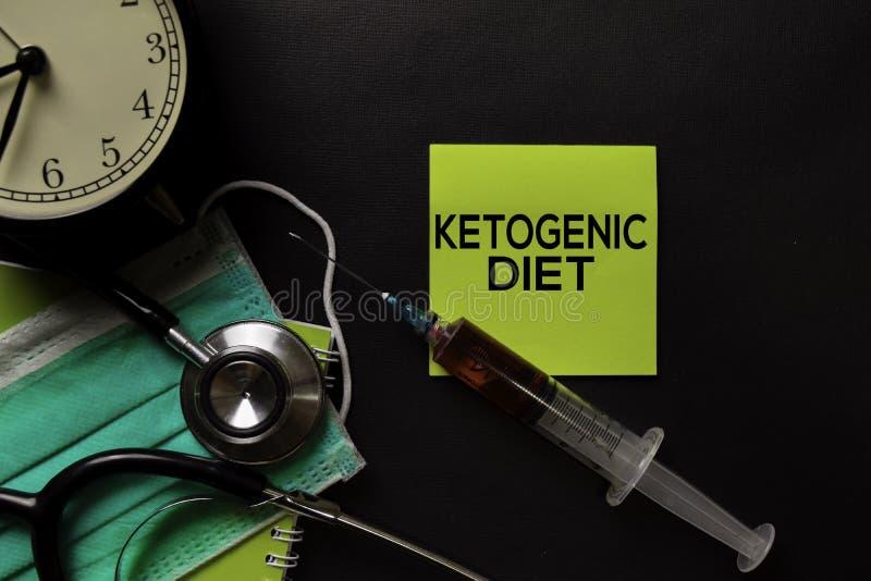 Ketogenic Diättext auf Draufsichtschwarztabelle mit Blutprobe und Gesundheitswesen/medizinischem Konzept lizenzfreies stockbild