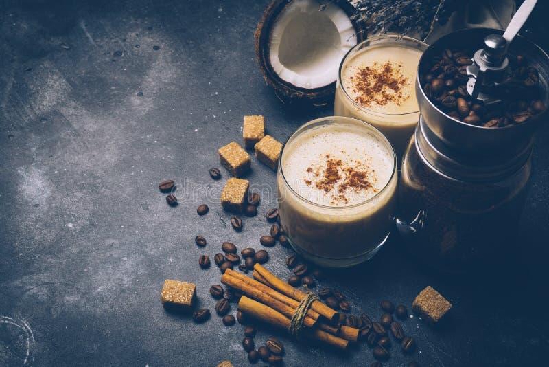 Ketogenic dieetconcept Ketogenic latte met kokosnotenolie royalty-vrije stock foto's