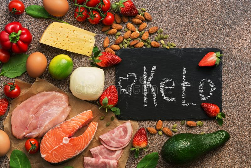 Ketogenic diety jedzenie Zdrowi niscy carbs produkty Keto diety pojęcie Warzywa, ryba, mięso, dokrętki, ziarna, truskawki, ser na fotografia royalty free