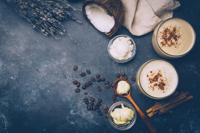 Ketogenic diety pojęcie Ketogenic latte z kokosowym olejem zdjęcia royalty free