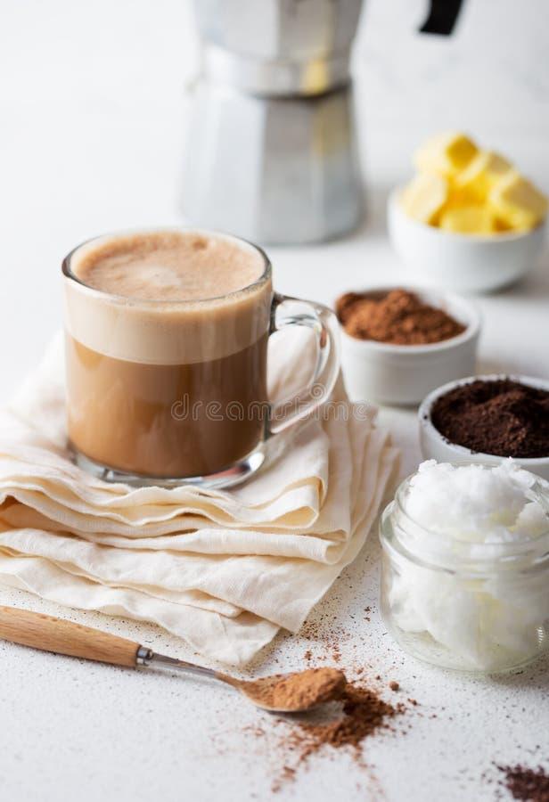 KETOGENIC KETON-DIÄT-GETRÄNK Coffe und Kakao gemischt mit Kokosnussöl Schale kugelsicheres coffe mit Kakao und Bestandteilen stockfotos