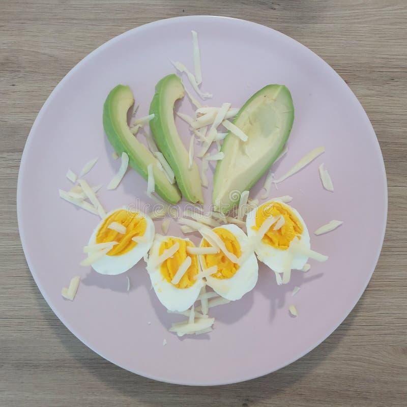 Ketogenic mål, ost kokade ägg med avokadot Keto-mat för viktförlust royaltyfria foton