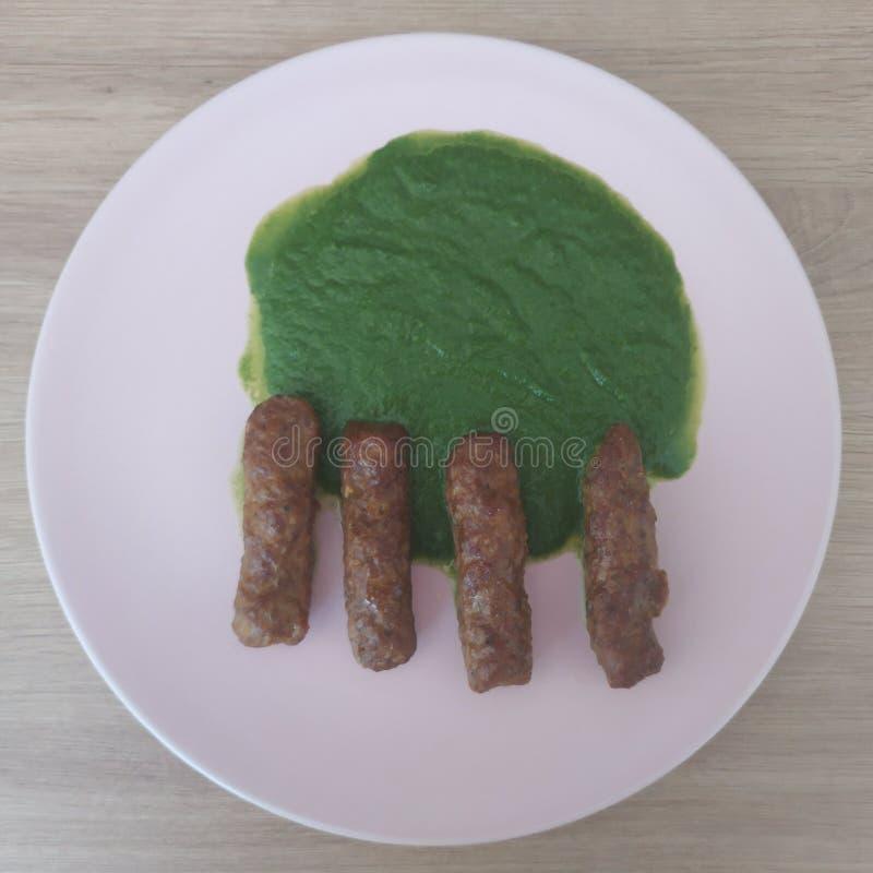 Ketogenic Mahlzeit, cevapcici mit Spinatssoße Keton-Nahrung für Gewichtsverlust Mittagessen der gesunden Di?t lizenzfreie stockfotos
