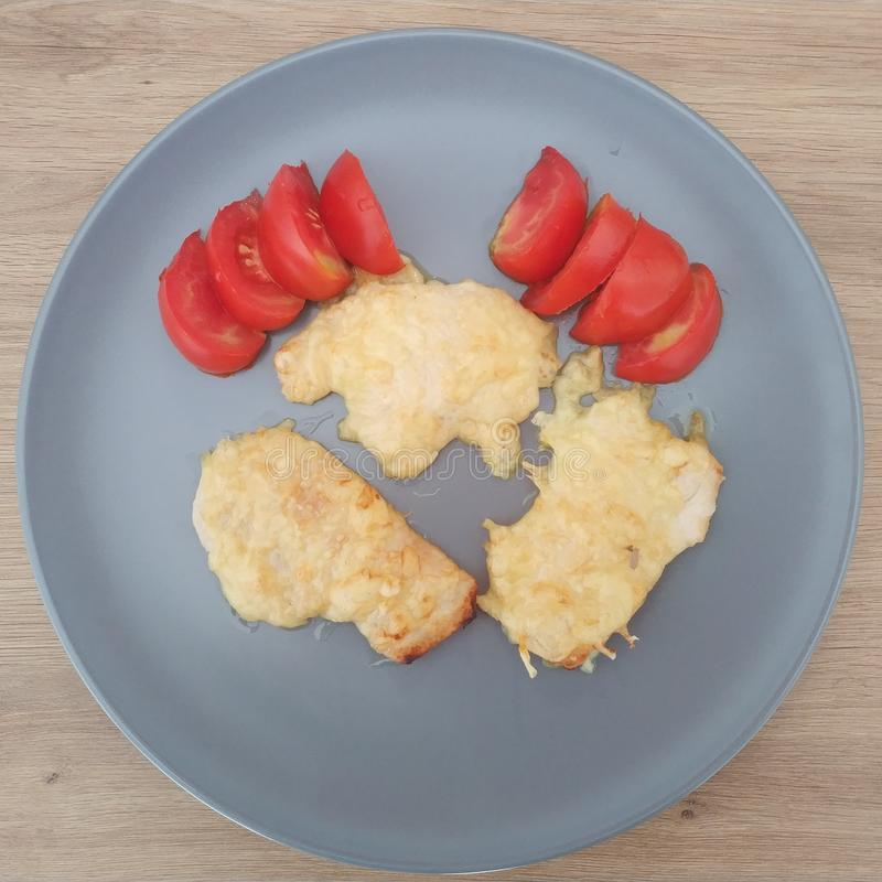 Ketogenic Mahlzeit, Käsehühnerbrust mit Tomaten Keton-Nahrung für Gewichtsverlust Mittagessen der gesunden Di?t lizenzfreie stockfotografie