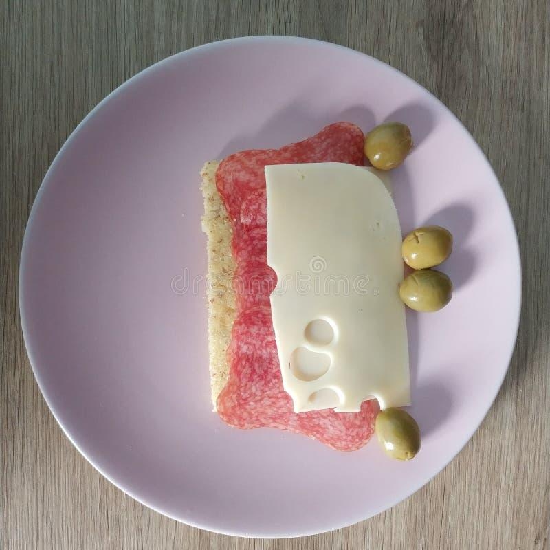 Ketogenic Mahlzeit, Keton-Mandelmahlzeitbrot mit Salami, Käse und Oliven Keton-Nahrung für Gewichtsverlust Frühstück der gesunden stockbilder